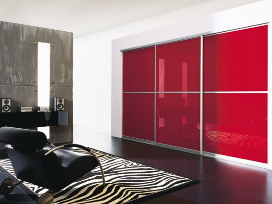 Scarlet interlayer-laminated glass