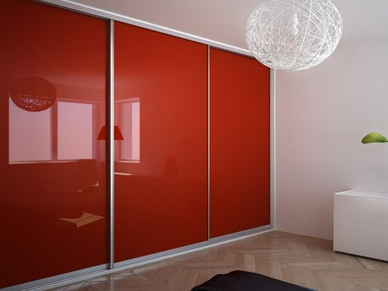 Crimson interlayer-laminated glass
